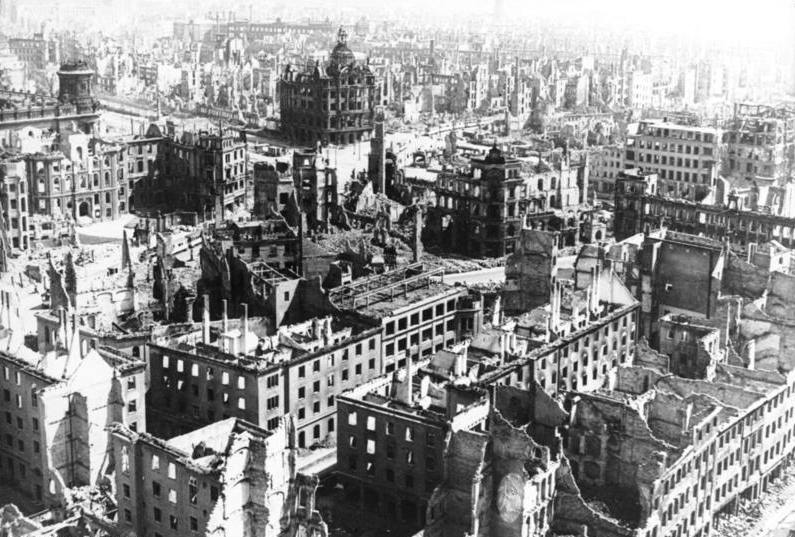 This image has an empty alt attribute; its file name is Dresden-Bombardement.jpg